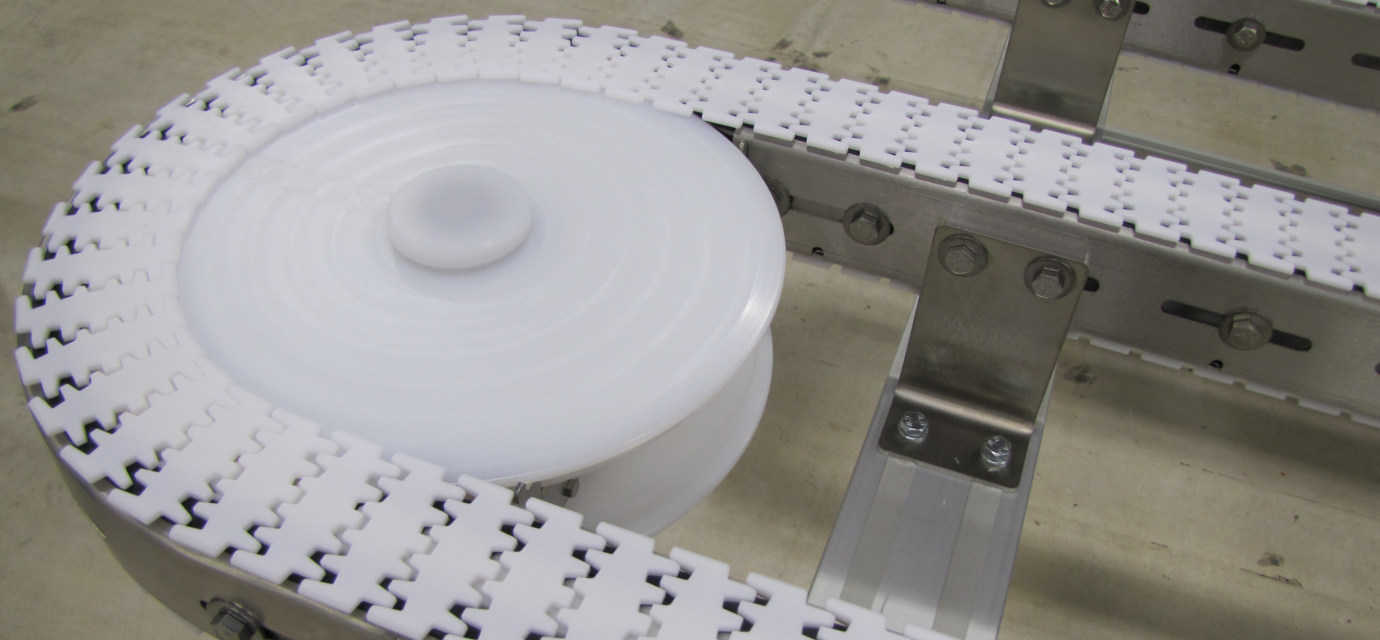 Stainless steel chain conveyor system with plastic chain from modular automation