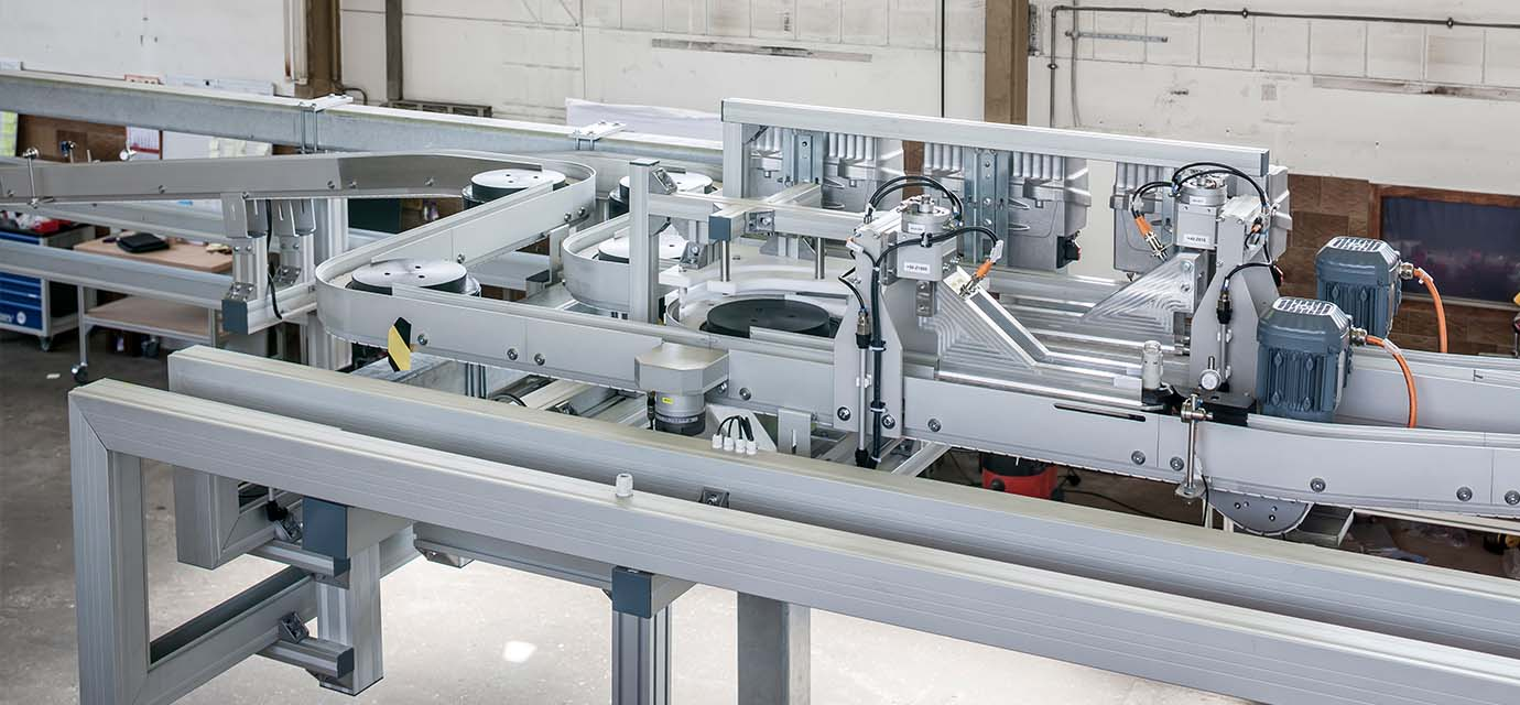 Conveyor system from modular automation: Link chain conveyor system with puck handling
