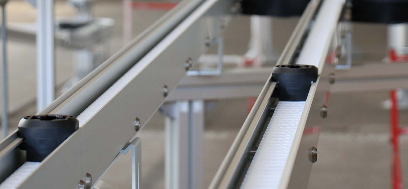 Puck handling: Product carrier (puck) on chain conveyor system