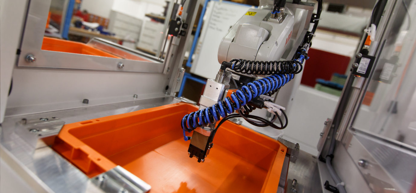 Tray stacker with integrated robot from modular automation